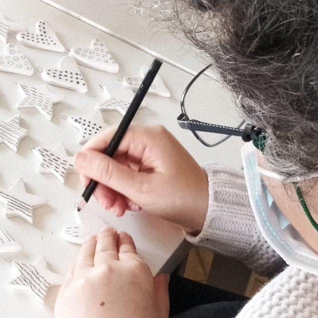 lavorazione artigianale ciondoli ceramica