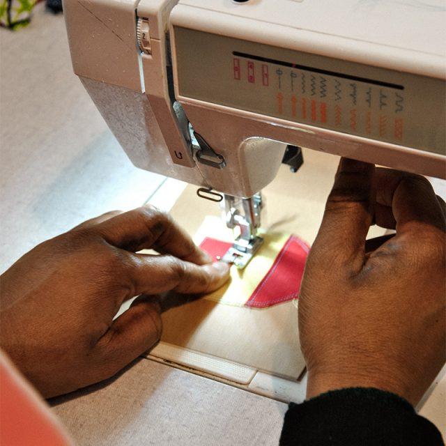 lavorazione artigianale bigliettino casetta ricamata