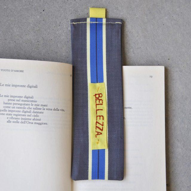 segnalibro in tessuto con parola ricamata