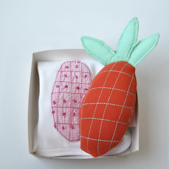 bavaglino disegno ananas con ananas peluche